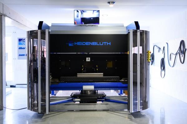 Arc World II Roboterschweißzelle mit H - Tisch als 2 Stationenanlage sowie zusätzlicher Drehachse pr